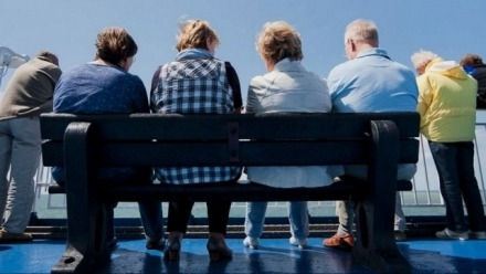 Living arrangements at old age and mortality risks